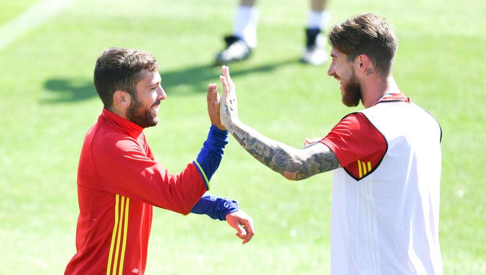 Ramos choca la mano con Jordi Alba