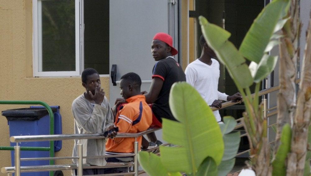 Inmigrantes subsaharianos en el CETI de Melilla