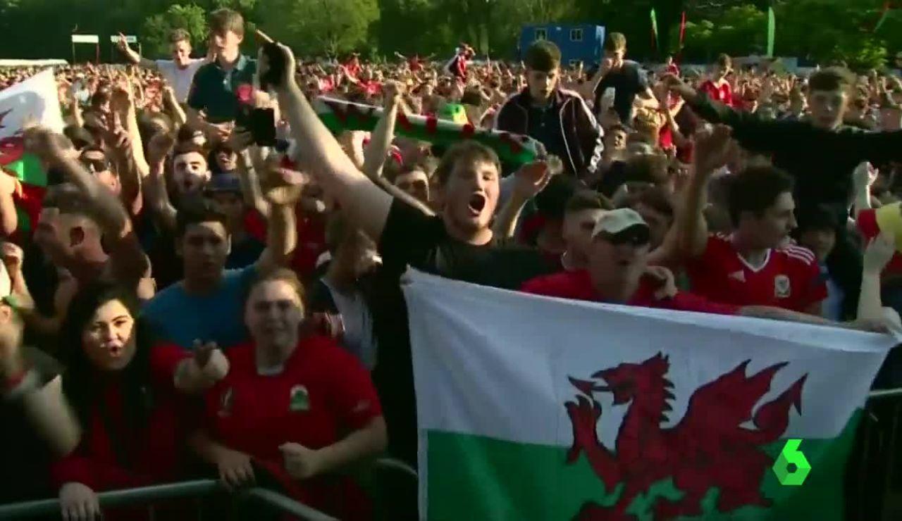 La afición galesa, eufórica con su selección tras firmar el pase a cuartos de final