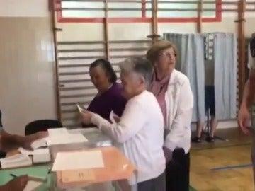 """Frame 6.693933 de: En Marea estudia impugnar la mesa en la que votan los residentes del asilo de Cambados por """"carreteo"""" de votos"""