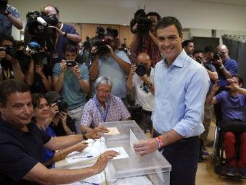 Pedro Sánchez deposita su voto