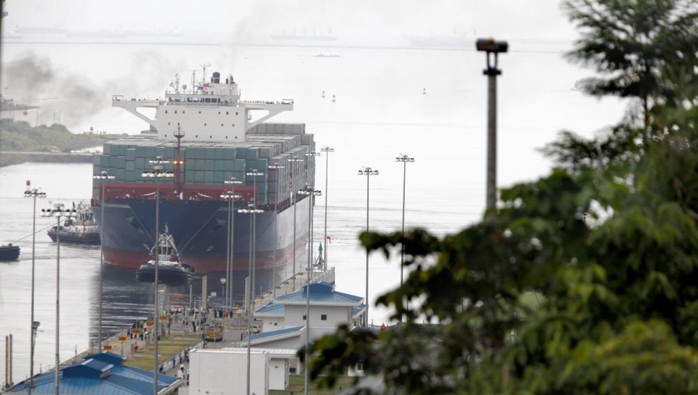 El buque Cosco Shipping Panamá realiza el tránsito inaugural por la esclusa de Agua Clara en el Canal de Panamá Ampliado