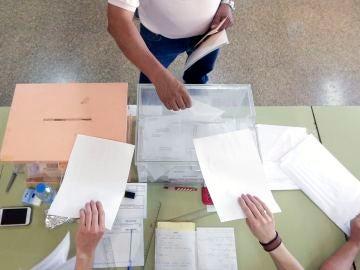 Un ciudadano deposita su voto