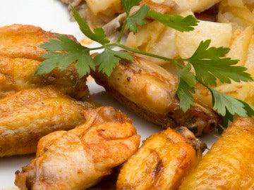 Alitas de pollo con patatas y setas