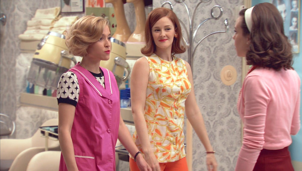 Carlota y Loli le hacen una encerrona a María