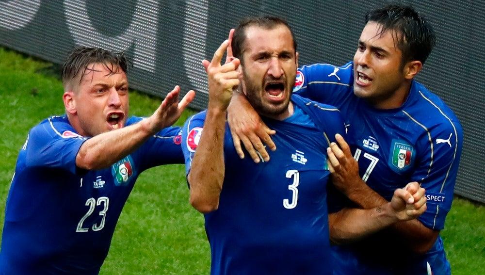Chiellini celebrando el 1-0 de Italia con sus compañeros