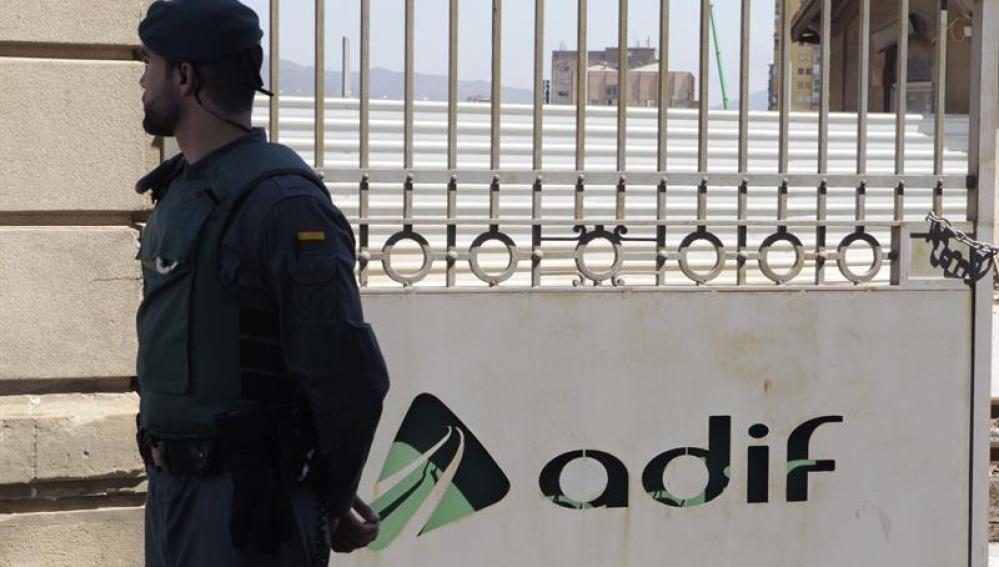 Un agente custodia el acceso a la sede en Barcelona del gestor de infraestructuras Adif en la Sagrera.
