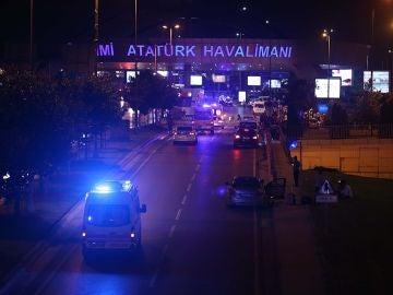 El aeropuerto de Estambul, acordonado por la Policía