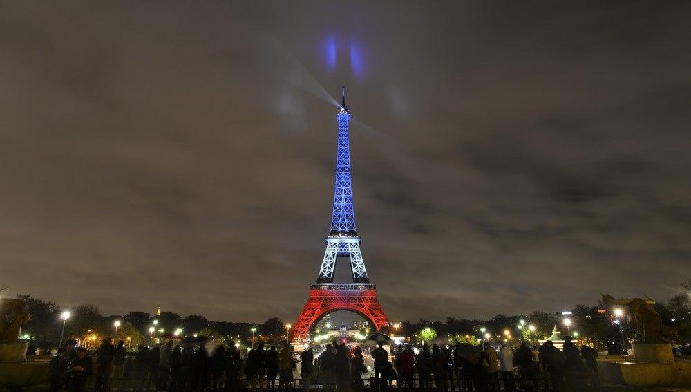 La torre Eiffel iluminada con los colores de la bandera gala