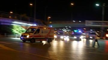 Una ambulancia en la zona del aeropuerto de Estambul