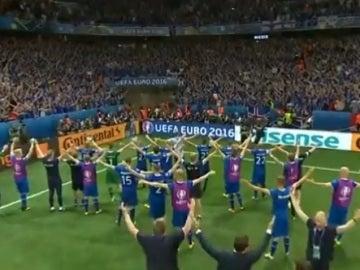 Jugadores y afición de Islandia celebran el pase a cuartos