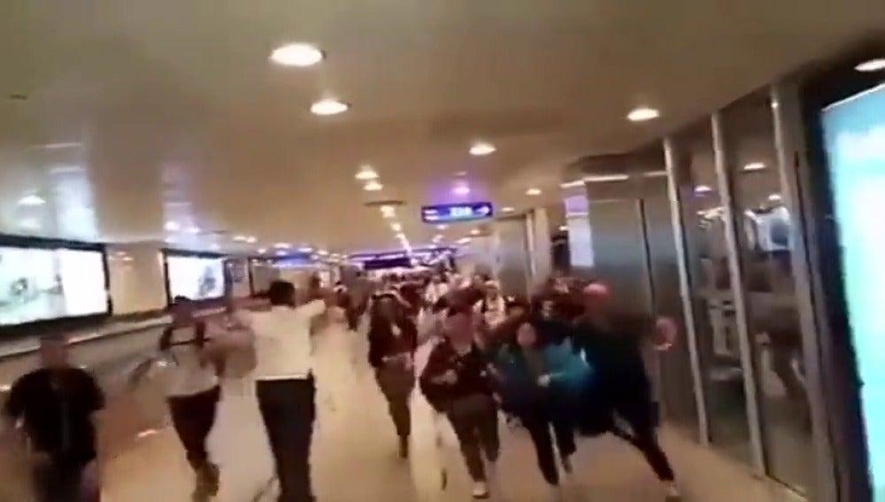 Frame 20.565667 de: Españoles escondidos en los conductos de ventilación del aeropuerto