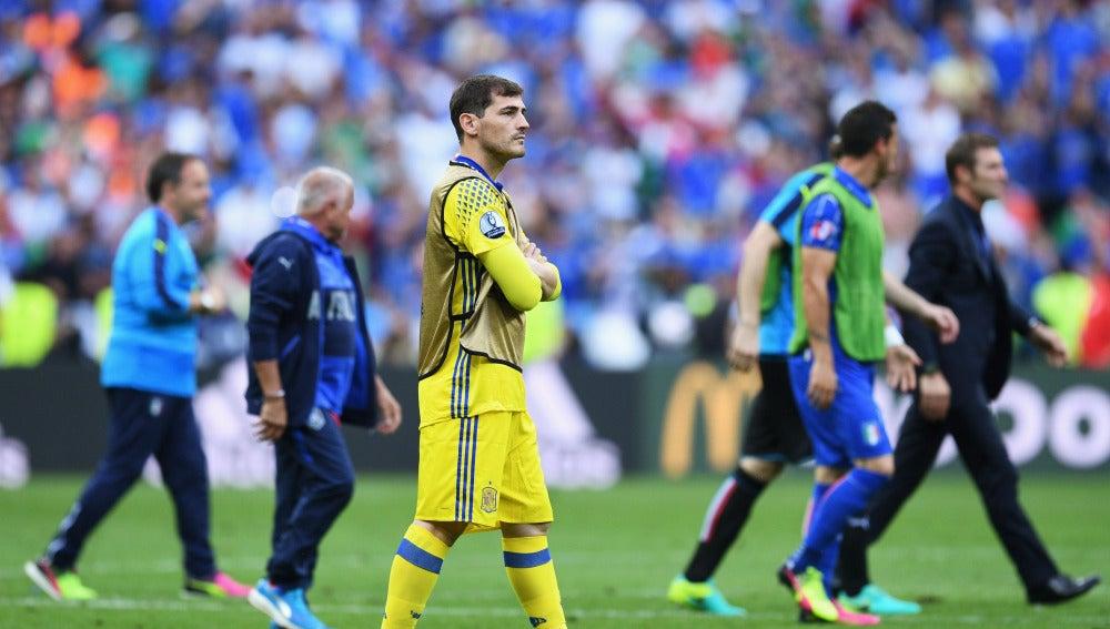 Iker Casillas, pensativo tras el partido contra Italia