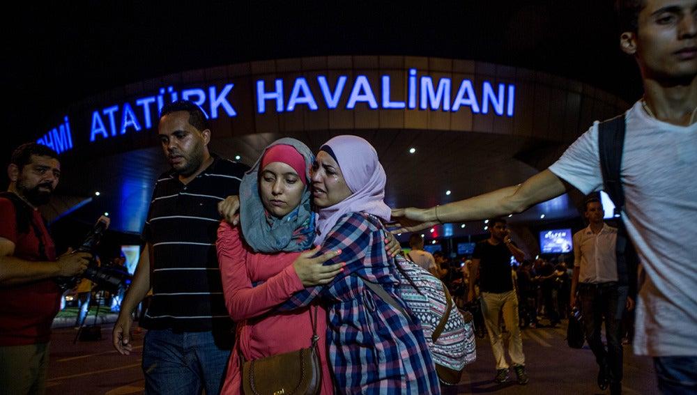 Dos mujeres se consuelan tras el atentado