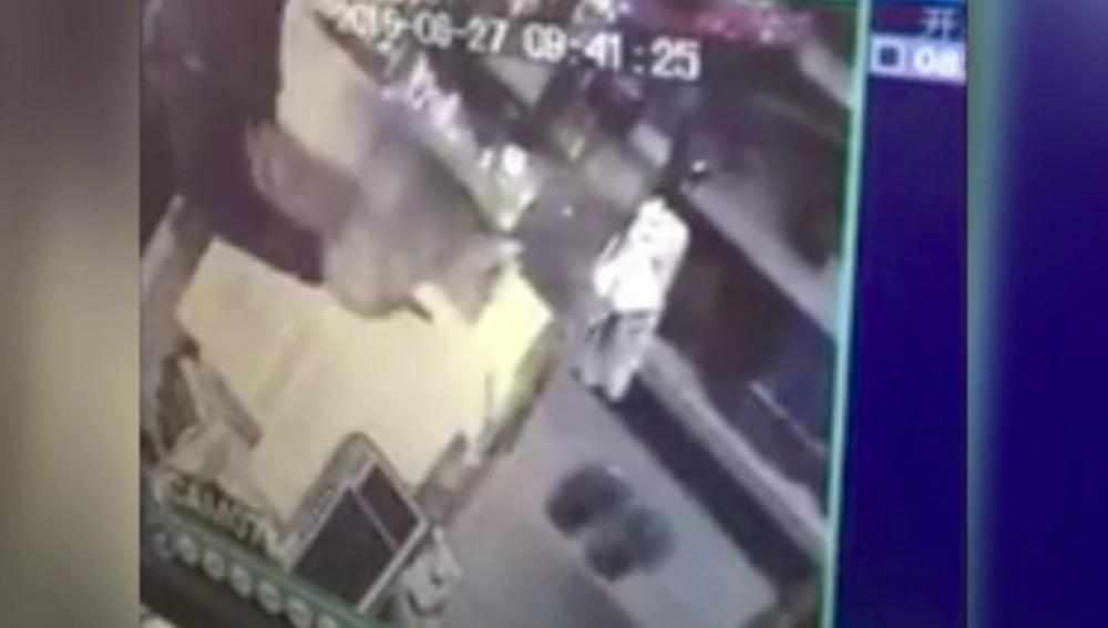 Frame 2.126221 de: Un ladrón asesina al empleado de un bazar y apuñala la propietaria del local