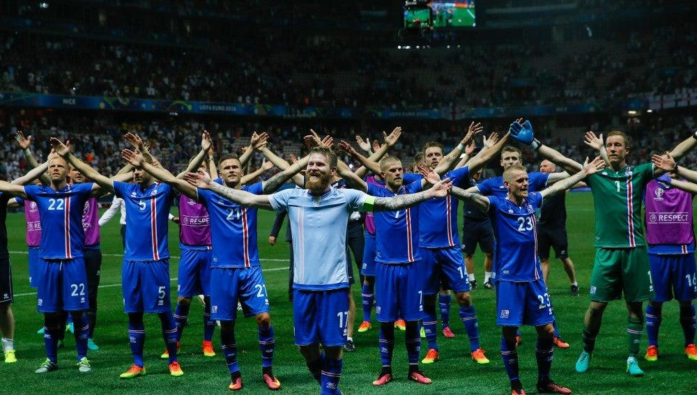 Los jugadores islandeses alzan los brazos tras la victoria ante Inglaterra