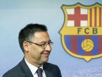 Josep María Bartomeu, junto al escudo del Barcelona