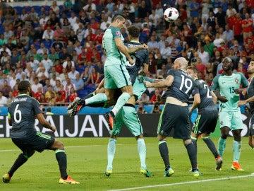 Cristiano Ronaldo remata de cabeza ante Gales para hacer el 1-0