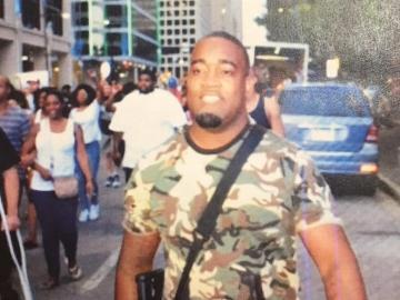 Fotografía cedida por el Departamento de Policía de Dallas de un posible sospechoso de disparar contra policíasdurante una protesta contra la violencia policial en Dallas (EE.UU.).
