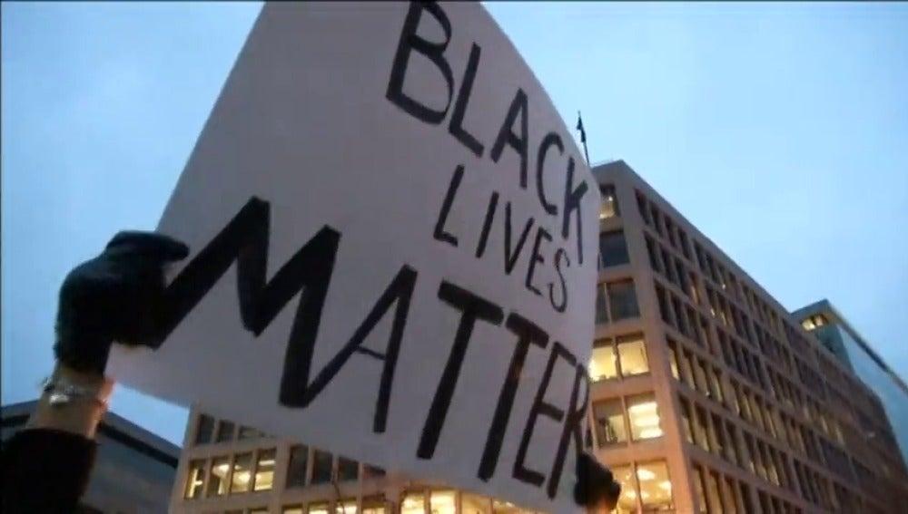 Frame 67.090921 de: Los incidentes en los que agentes de policía matan a personas de raza negra utilizando un evidente exceso de violencia crecen en Estados Unidos
