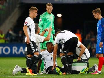 Boateng cae lesionado ante la mirada de Griezmann