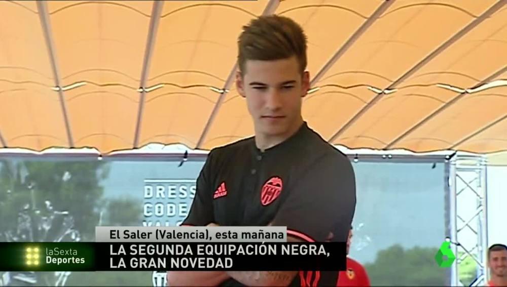 Santi Mina posando con la novedosa camiseta del Valencia