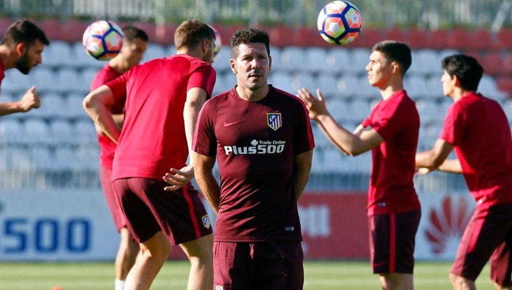 El Atlético se entrena bajo la mirada de Simeone