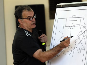 Marcelo Bielsa explica sus estrategias