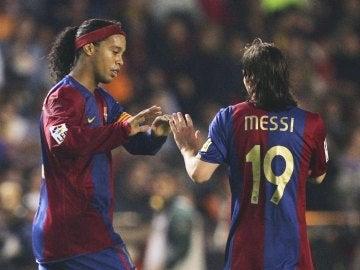 Ronaldinho y Messi celebrando un gol
