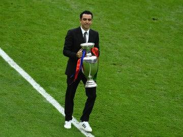 Xavi Hernandez entrega la Copa en Saint-Denis