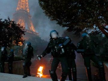 Policías franceses lanzan gases lacrimógenos junto a la Torre Eiffel