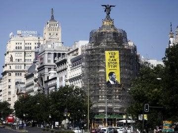 Pancarta en el edificio Metrópolis de la Gran Vía
