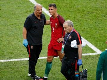 Cristiano Ronaldo se retira lesionado tras la entrada de Payet