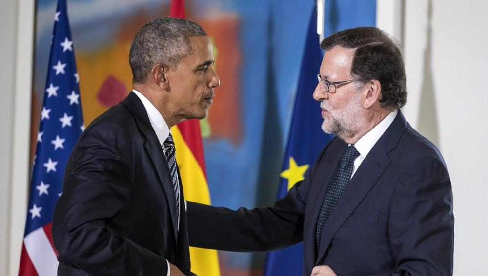 Mariano Rajoy regala a Barack Obama un jamón y el presidente estadounidense le obsequia con un caja de cristal con el escudo americano