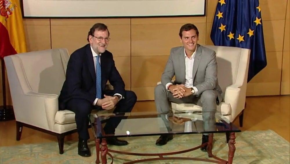 Frame 17.143948 de: Rajoy y Rivera comienzan su reunión en el Congreso para sondear un acuerdo para la investidura