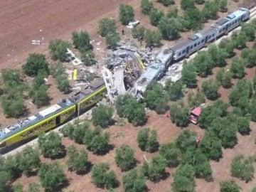 Frame 1.710246 de: Al menos 20 muertos y decenas de heridos en un choque entre dos trenes en Italia