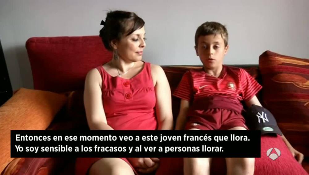 El niño portugués explica su consuelo al hincha francés