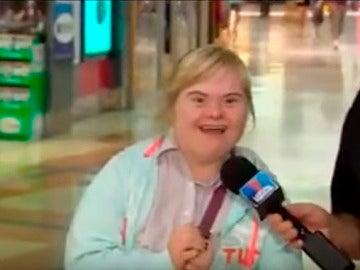 La joven con Síndrome de Down saluda a sus padres en medio del reportaje.