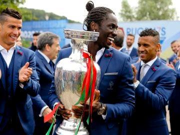 Éder sostiene el trofeo de campeón de la Eurocopa