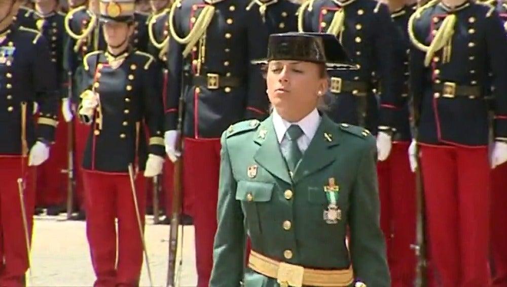 Frame 9.670699 de: Una teniente, primera de su promoción en la Guardia Civil, hecho sin precedentes