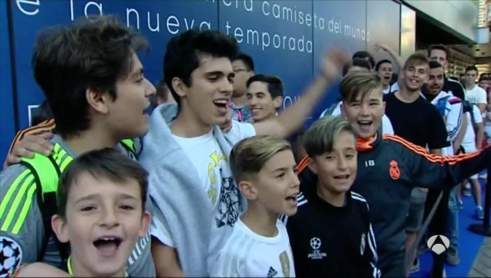 Enormes colas para comprar las nuevas camisetas del Real Madrid
