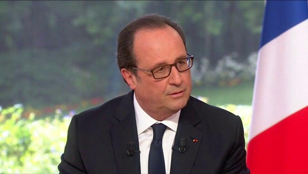 Frame 0.984958 de: Hollande replica que ha recortado sus gastos a los reproches por su peluquero