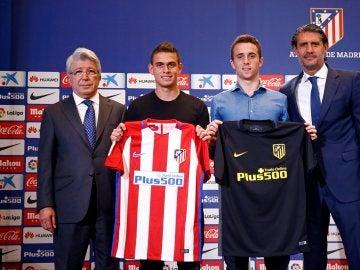 Santos Borré y Diogo Jota posan con la camiseta del Atlético de Madrid
