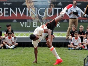 Nani hace capoeira en Mestalla