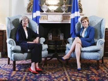 Theresa May, primera ministra británica, y la independentista Nicola Sturgeon