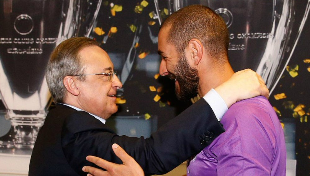 Efusivo saludo entre Florentino y Benzema