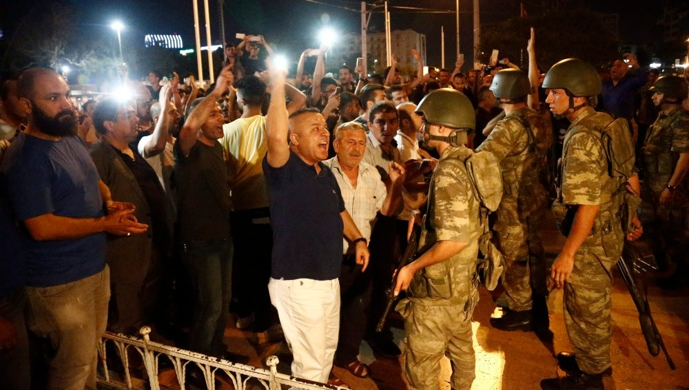 Multitud de turcos se enfrentan a los militares, contra el Golpe de Estado