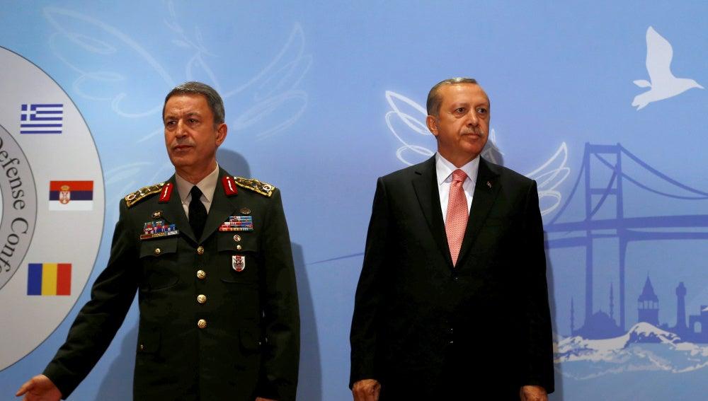 Hulusi Akar, jefe del Estado Mayor del Ejército turco, junto al presidente Tayyip Erdogan