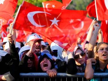 Los manifestantes celebran el fracaso del golpe de Estado en Turquía