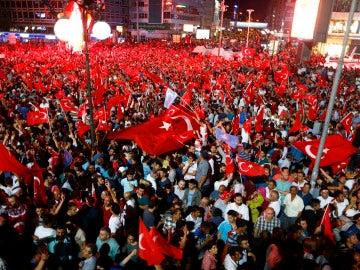 Miles de turcos celebran que el golpe de Estado haya fracasado